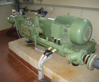 HP piston pump for filter cloth washing facilities